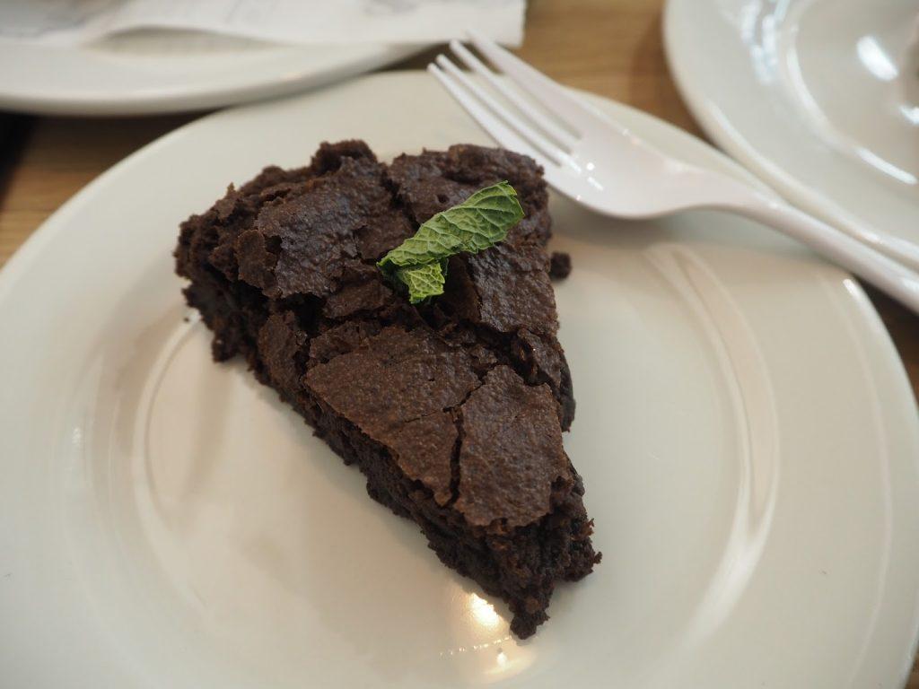 Sokeriton kakku sisältää nimestään huolimatta yleensä sokeria.