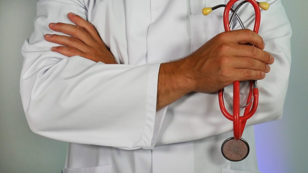 Terveydenhuollon ammattihenkilöiden käyttäminen elintarvikkeiden markkinoinnissa on pikkasen laitonta.